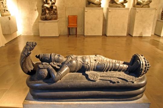 Visnu Nârâyana reposant sur le serpent de l'éternité, Ananta - Tamil Nâdu - XVIIème-XVIIIème siècle - Basalte.